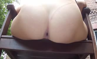 Bubble butt babe shitting